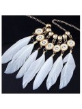 0943. Белый цвет. Подвеска с перьями птиц