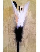 У-2. 1 шт. Белый с черным цвет. Ручка из пера страуса