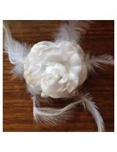 ЕЕ-1.  Белый цвет. Заколки с перьями птиц и броши