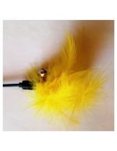 681. 1 шт. Желтый цвет. Игрушка из перьев птиц с колокольчиком