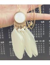 0912. Белый цвет. Подвеска с перьями птиц