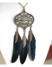 0913. Черный цвет. Подвеска с перьями птиц