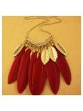 0915. Красный цвет. Подвеска из перьев птиц