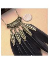 0905. Черный цвет.  Подвеска из перьев птиц