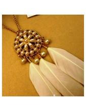 0902. Белый цвет. Подвеска из перьев птиц