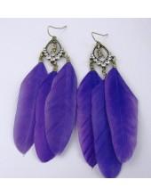 21. Фиолетовый цвет. Серьги из перьев птиц