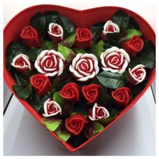 17 роз. Красный цвет. Сердечко красное. 28 х 24 х 10. Большая коробка