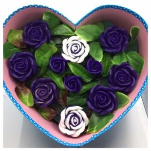 11 роз. Фиолетовый цвет. Сердечко голубое. 27 х 21 х 10. Средняя коробка