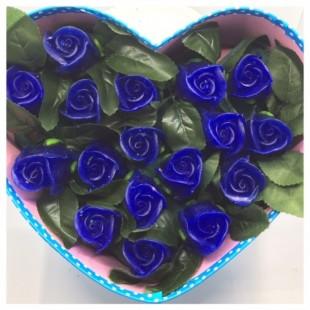 17 роз. Синий цвет. Сердечко голубое. 24 х 19 х 9. Средняя коробка