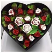 17 роз. Красный цвет. Сердечко черное. 28 х 24 х 10. Большая коробка