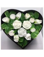 13 роз. Белый цвет. Сердечко черное. 25 х 21 х 8. Средняя коробка