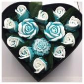 13 роз. Голубой цвет. Сердечко черное. 23 х 19 х 7. Маленькая коробка