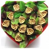 13 роз. Бежевый цвет. Сердечко красное. 23 х 19 х 7. Маленькая коробка