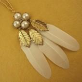 09106. Белый цвет. Подвеска с перьями