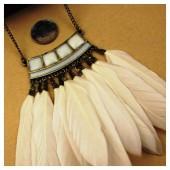 0930. Белый цвет. Подвеска с перьями