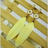 103. Желтый цвет. Серьги из перьев птиц