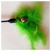 684. 1 шт. Зеленый цвет. Игрушка из перьев птиц с колокольчиком