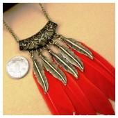0908. Красный цвет. Подвеска из перьев птиц